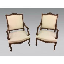 Paire de fauteuils style Louis XV noyer